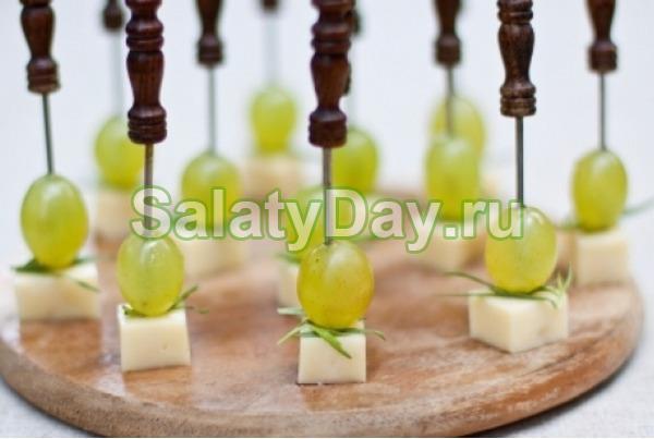 Сыр твердый с виноградом на шпажке, порция общепит