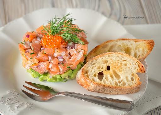 Тар-тар из лосося с томатами и щучьей икрой, порция общепит