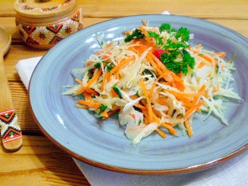 Салат из капусты и моркови с зеленью