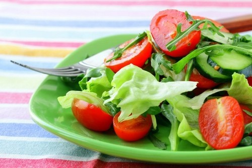 салат зеленый с огурцами и помидорами