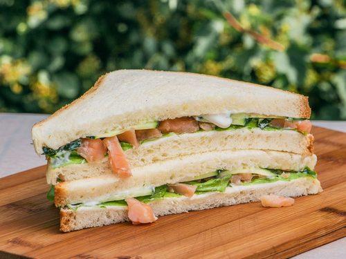 Сэндвич с масляной рыбой и свежей зеленью