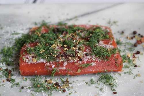 Гравлакс из лосося, подмаринованного в водке с укропом