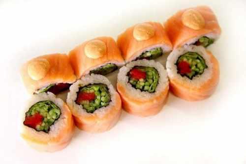 Ролл Урамаки с копченым лососем и салатом