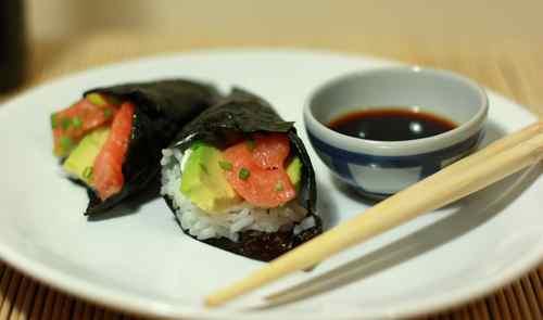суши Темаки с лососем и авокадо