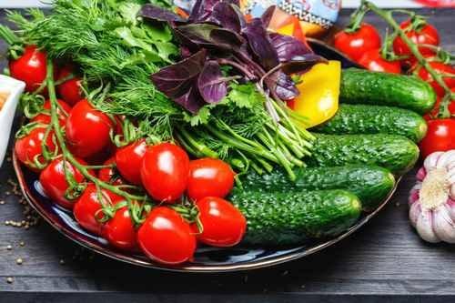 Свежие овощи (огурцы, помидоры, зелень)