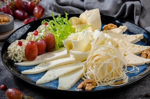 Сырная тарелка кавказская (Сулугуни нитями, блинами и копченый)