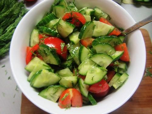 Зеленый салат с огурцами и помидорами