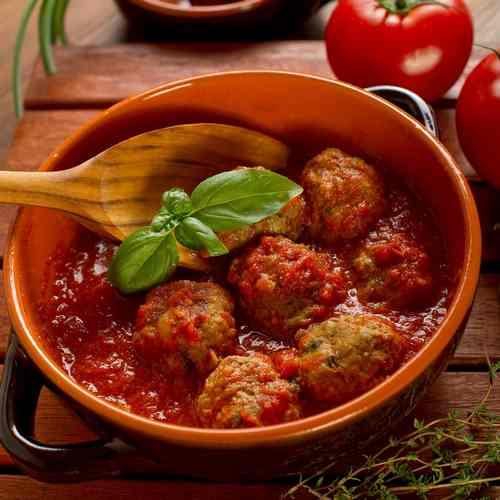 Фрикадельки из наваги в томатном соусе
