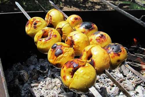 Фрукты, пряные яблоки на мангале