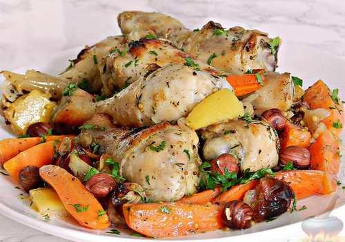 Курица, жаркое с морковью и финиками