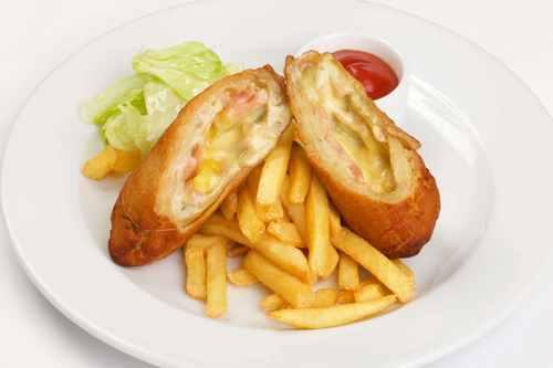Куриное филе, фаршированное ветчиной и сыром, с картофелем фри и томатным соусом