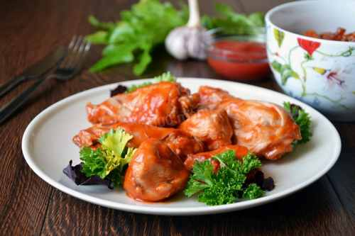 Куриное филе, тушеное в томатном соусе с прованскими травами