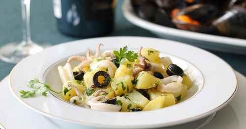 Салат картофельный с крабами, или кальмарами, или морским гребешком