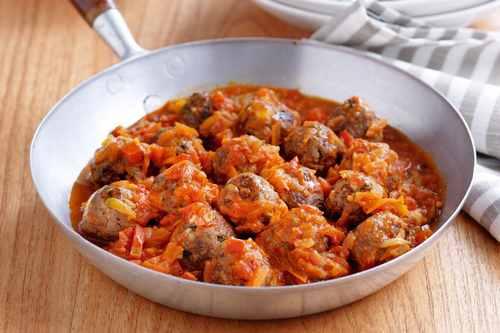 Тефтели из говядины с рисом, тушеные в томатном соусе