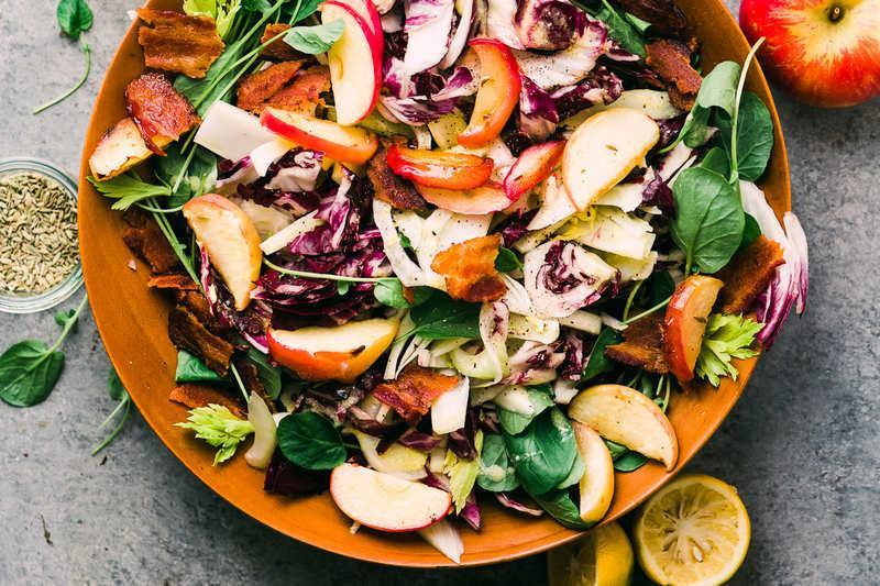 Салат из радиккио и яблок, маринованных в коньяке