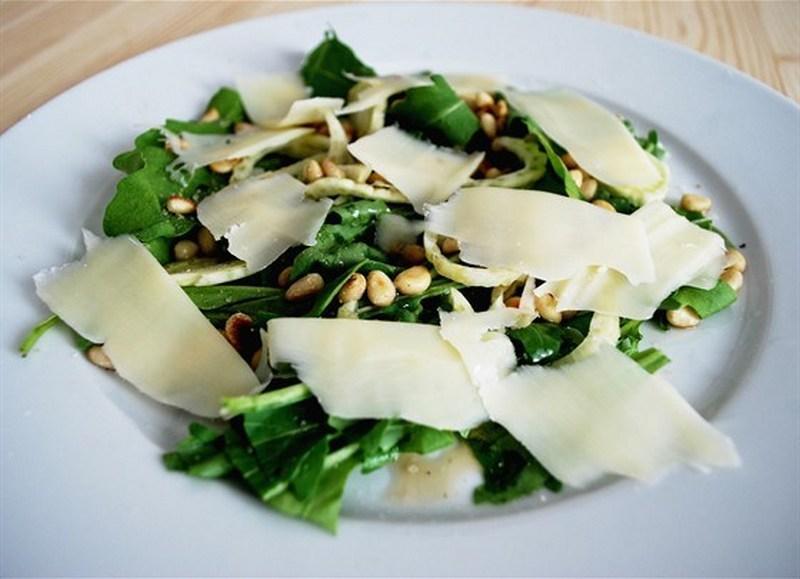 Салат из свежей руколы с пармезаном