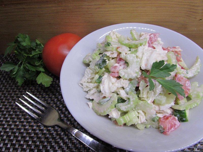 салат из помидоров и черешкового сельдерея